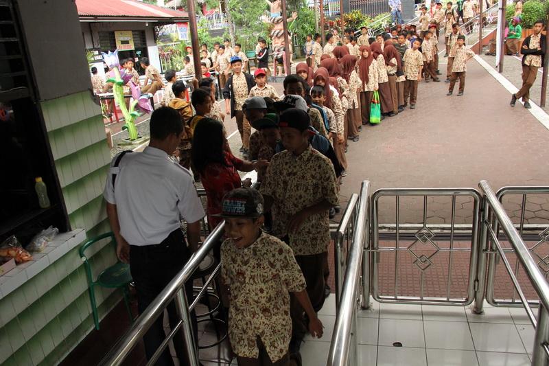 Rombongan pengunjung pelajar