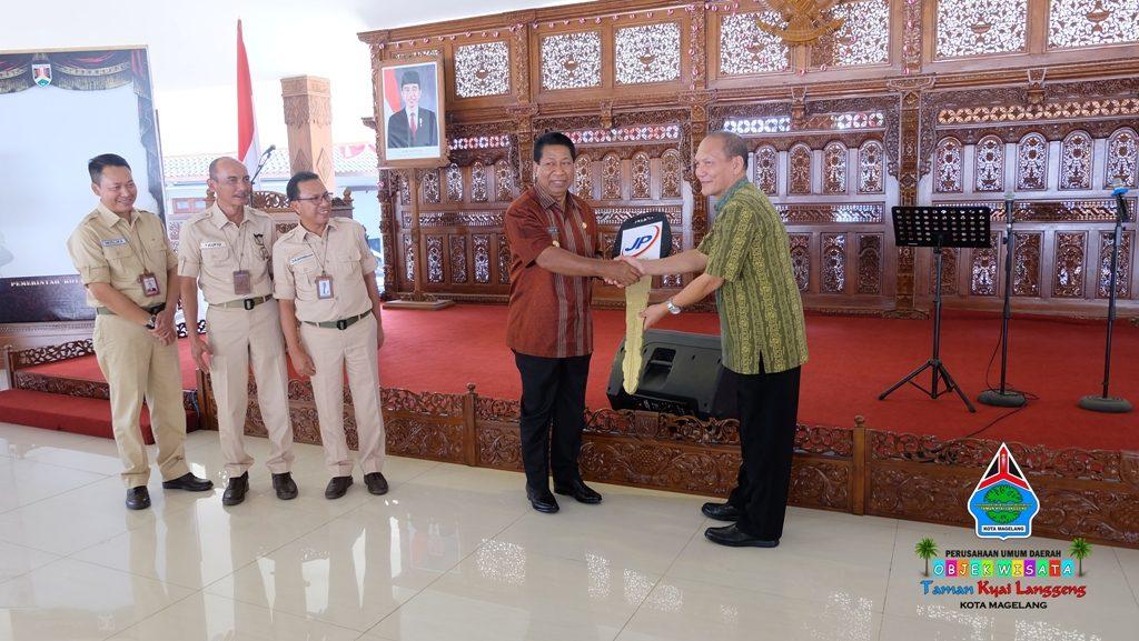 Walikota Magelang menyerahkan bantuan ambulan dari PT Jasaraharja Putra kepada Direktur Taman Kyai Langgeng